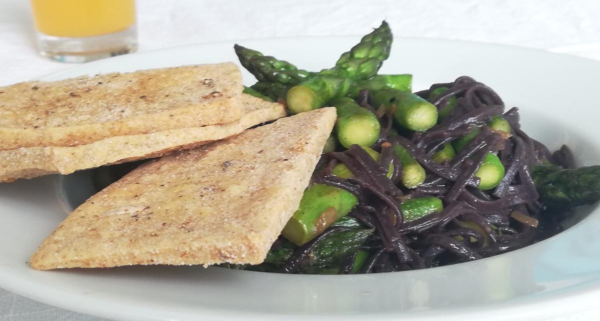 Gebratener Spargel mit Avocado, Tofu undChilisauce